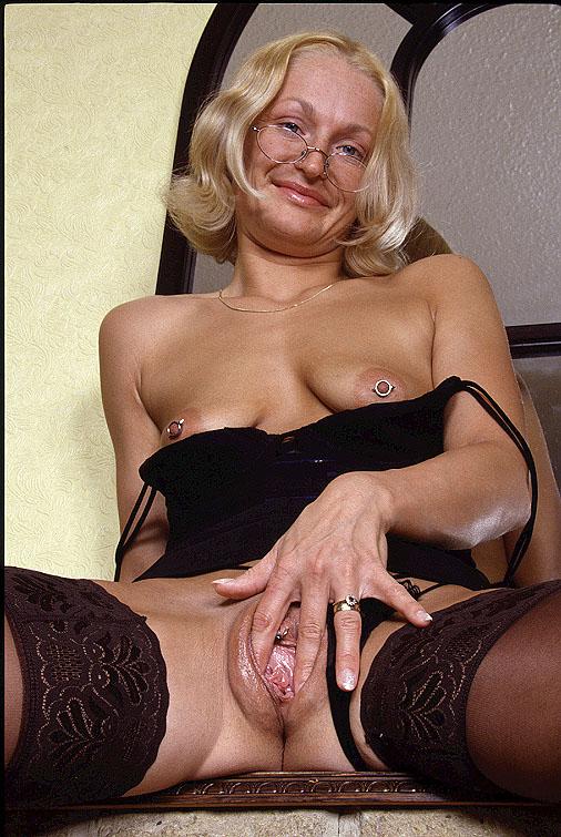 40 plus vrouw met piercings in tepels