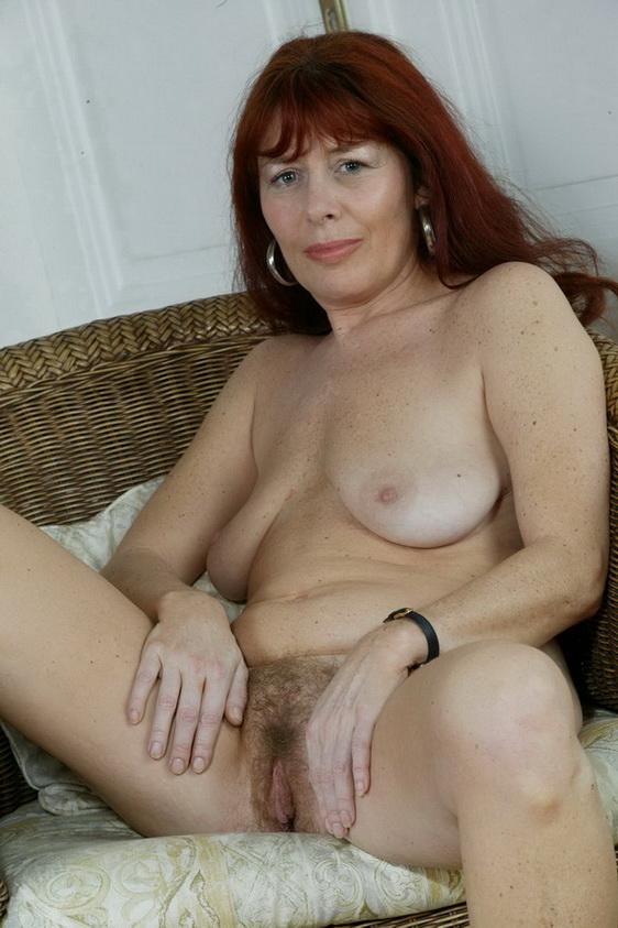 Vrouw ver boven de 40 jaar heeft een harige kut
